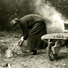 Building a camp oven, 1915 (Ref: Q/PH3/6