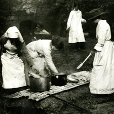 Trench cookery, 1915 (Ref: Q/PH3/5)